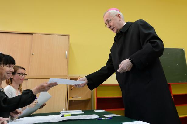 Przewodniczący Komisji Episkopatu Polski, arcybiskup Stanisław Gądecki głosuje w lokalu wyborczym w Poznaniu
