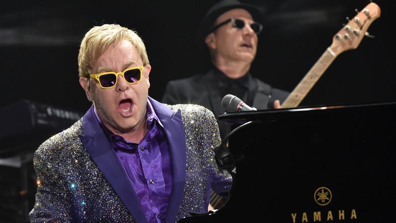 """Elton John –artysta, który sprzedał 300 milionów płyt na całym świecie, a na liście """"Billboardu"""" umieścił aż 58 singli –w Krakowie przypomniał jakim fantastycznym jest muzykiem i że po prostu kocha być na scenie. – Kraków? Dobrze wymawiam? Nie? No dobra, zastrzelicie mnie później – przywitał polską publiczność"""