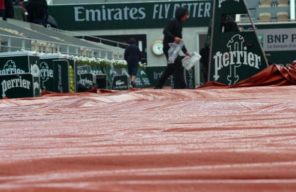 Mušema na glavnom terenu Rolan Garosa zbog kiše koja je u subotu prekinula polufinale Novak Đoković - Dominik Tim
