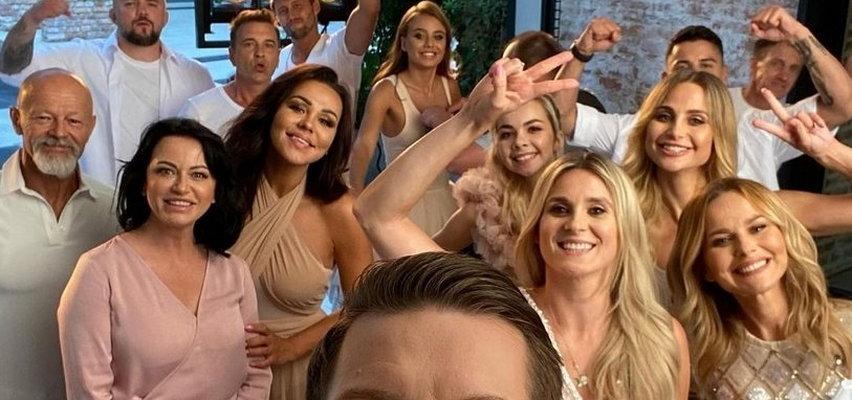 """Gwiazdy nowego """"Tańca z gwiazdami"""" integrują się na sesji zdjęciowej. Oliwia Bieniuk i Kinga Sawczuk dobrze się bawiły!"""
