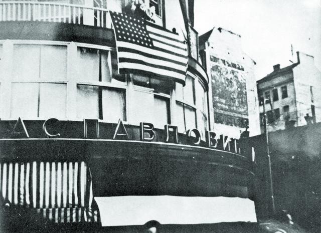 Vrlo transparentno: Američka zastava na palati Albanija u Beogradu, 27. marta 1941, tokom protesta kojim je praktično poništen dva dana ranije potpisani sporazum o pristupanju Kraljevine Jugoslavije Trojnom paktu
