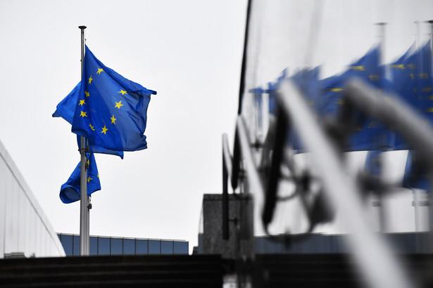 Flagi Unii Europejskiej przed budynkiem Berlaymont, Bruksela, Belgia, 15.12.2020