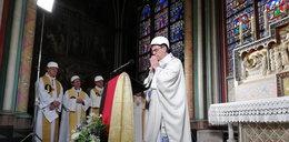 Pierwsza msza święta w katedrze Notre Dame po pożarze. Co oni mieli na głowach?