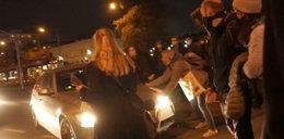 TVN24: to funkcjonariusz specsłużb wjechał w demonstrantki