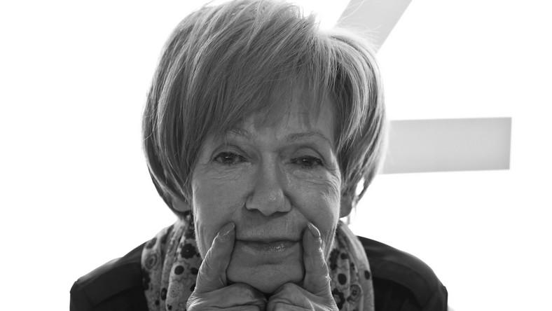 """Pierwszy tekst piosenki, który napisała Maria Czubaszek. Był rok 1965, a zrobiła to specjalnie dla Wojciecha Karolaka. Zaśpiewał ją Andrzej Dąbrowski. Tak autorka wspominała pierwsze reakcje na padające w utworze słowa """"Kochać można byle jak. I byle kogo"""": –Gdy piosenka została puszczona w radiowej Trójce, jakaś pani napisała list, bo wtedy nie było jeszcze maili, że ona napisze nawet do prezesa, żeby pani Czubaszek, która pisze fajne słuchowiska, broń Boże nie pisała o miłości, bo to piękne uczucie, a ona pisze, że kochać można byle jak i byle kogo."""