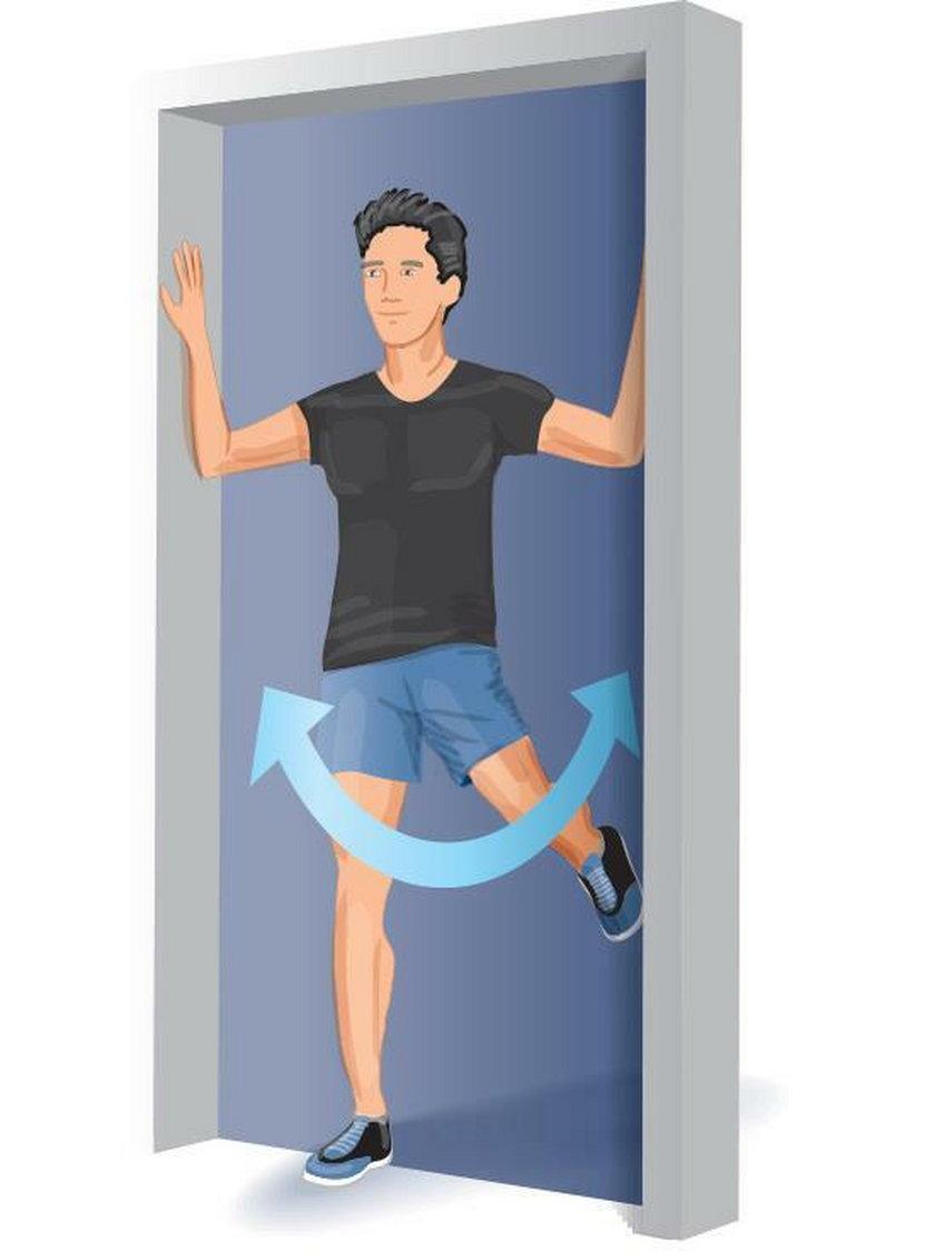 Ćwiczenie poranne 4. Stań w futrynie drzwi, opierając się o nią rękami.