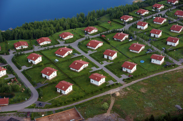 Polacy coraz częściej chcą mieszkać w idealnych osiedlach, z pięknymi widokami, z odpowiednimi sąsiadami pod względem tak światopoglądowym jak i materialnym.