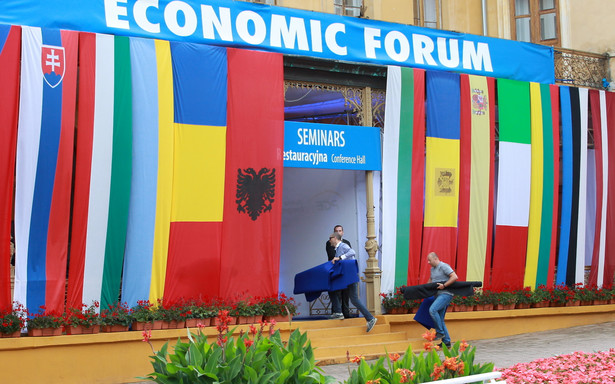 """Krynica-Zdrój, 06.09.2016. Ostatnie przygotowania przed rozpoczęciem XXVI Forum Ekonomicznego w Krynicy, 6 bm. Temat przewodni tegorocznej konferencji to """"Europa w obliczu wyzwań - zjednoczeni czy podzieleni?"""". (mr) PAP/Grzegorz Momot"""