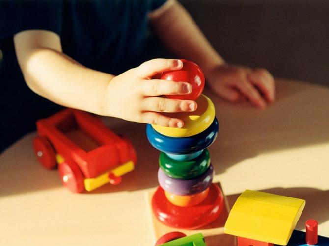 Fina motorika kod dece važna je za razvoj ostalih veština, a najbolje ju je podsticati kroz igru. Evo predloga