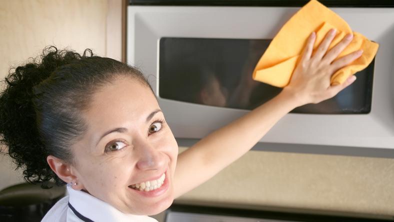 Jak błyskawicznie wyczyścić kuchenkę mikrofalówkę