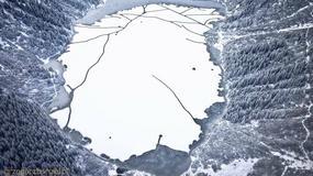 Niesamowite zdjęcie skutego lodem tatrzańskiego jeziora