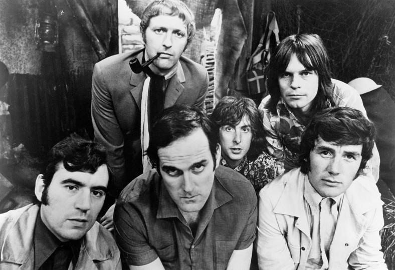 Monty Python w 1969 r. Od lewej: Terry Jones, Graham Chapman, John Cleese, Eric Idle, Terry Gilliam i Michael Palin