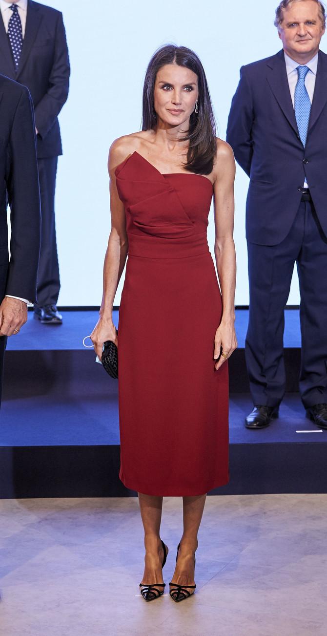 Crvena haljina - magnet za poglede