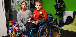 Pomóżmy Nikosiowi zejść z wózka. On obiecał to babci