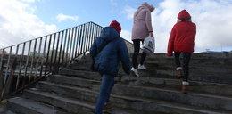 Nareszcie! Wymienią schody przy kładce grozy