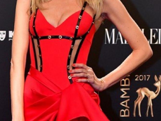 Neke haljine su obične, ova je SPEKTAKL: Kada vidite ko stoji iza nje, biće vam sve jasno