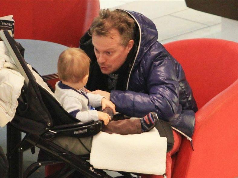 Piotr Szwedes z dzieckiem