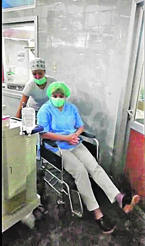 Dr Danicu Grujičić sestra dovozi u operacinu salu da bi operisala pacijenta