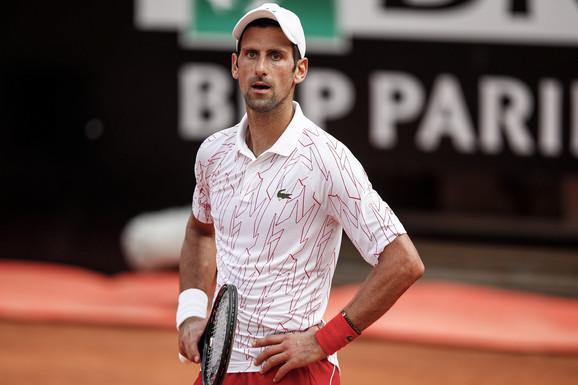 DA JE HTEO, OVO BI BILA NAJVEĆA PROVOKACIJA IKADA Sudija poviknuo Federerovo ime Novaku nasred meča u Rimu /VIDEO/