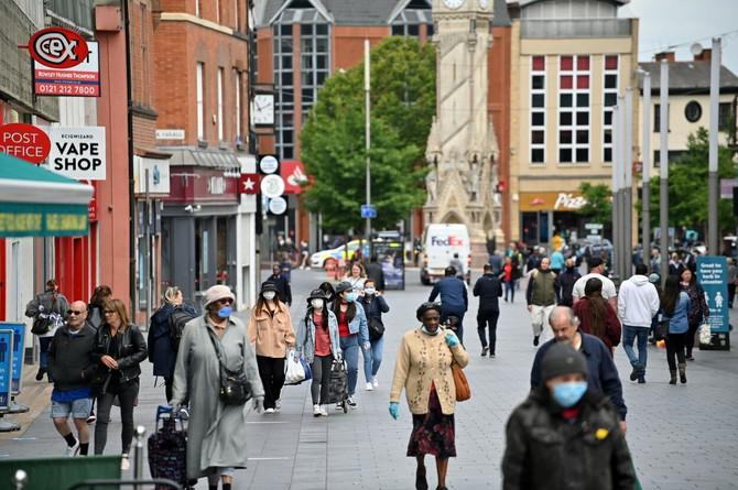 Maske na ulicama: polovina ljudi ih nosi, polovina ih ne koristi