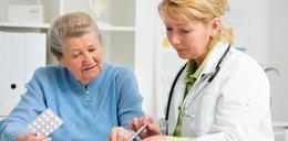 Groźne skutki lekkomyślności seniorów. Coraz częściej na to chorują
