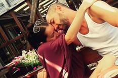 GOLIM GRUDIMA SE NASLONILA NA NJEGOVO TELO Vasil Hadžimanov se fotografisao sa svojom nagom suprugom Natašom
