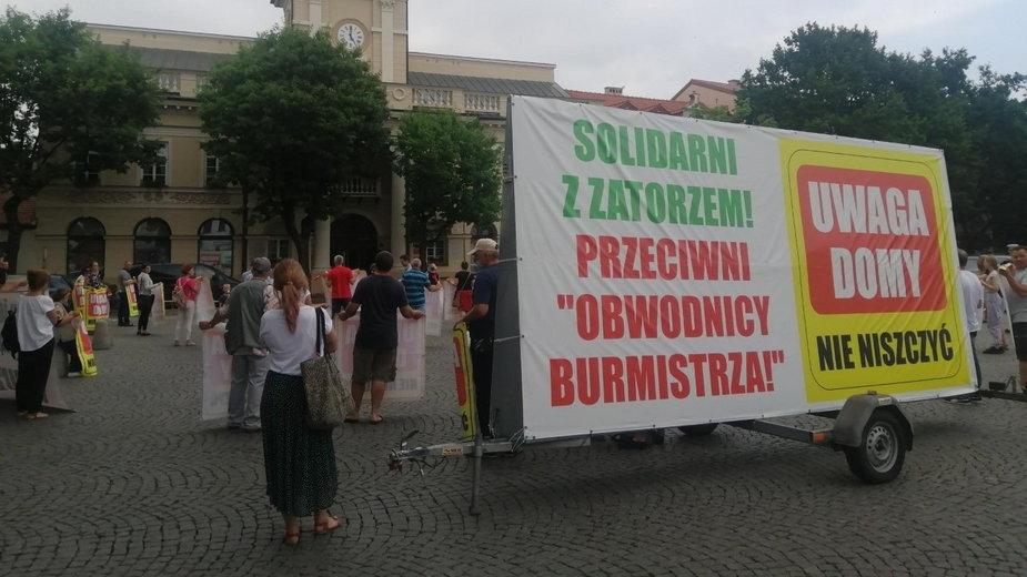 Mieszkańcy Łowicza sprzeciwiają się budowie obwodnicy. Protest przed urzędem miasta