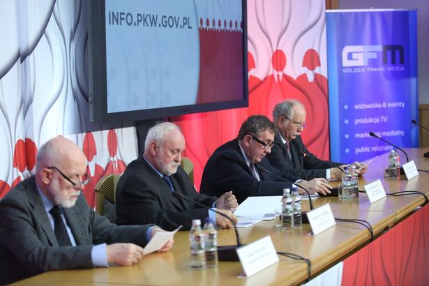Od lewej: Janusz Niemcewicz, sekretarz PKW Kazimierz Czaplicki, zastępca przewodniczącego Komisji Andrzej Kisielewicz i Andrzej Mączyński podczas konferencji prasowej Państwowej Komisji Wyborczej PAP/Leszek Szymański