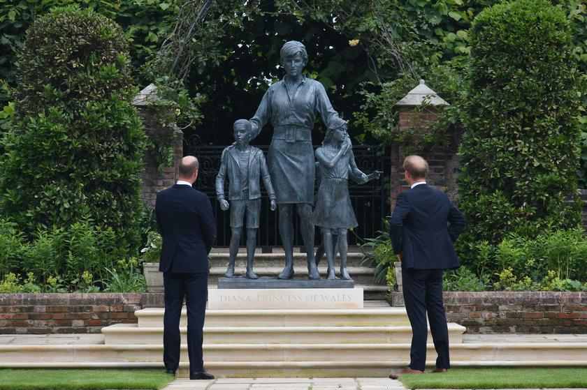 William i Harry pojednali się pod pomnikiem mamy