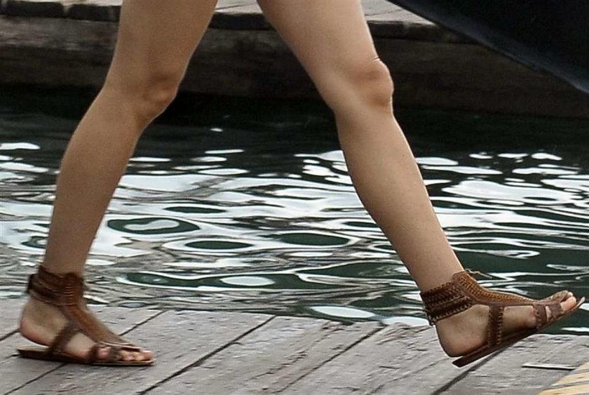 Która aktorka ma takie stylowe buty?