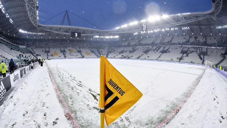 """Tuż przed rozpoczęciem spotkania w Turynie murawa była bardziej biała niż zielona. Arbiter Maurizio Mariani w porozumieniu z kapitanami obu zespołów - Gianluigim Buffonem, który miał w niedzielę zagrać w bramce gospodarzy, a Wojciech Szczęsny miał być rezerwowym, oraz Rafaelem Toloiem - zdecydował, że w takich warunkach nie da się grać. Według włoskich mediów, pierwszym możliwym terminem jest 14 marca, gdyż wcześniej """"Juve"""" ma w planach pojedynki w Pucharze Włoch i Lidze Mistrzów."""