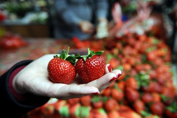 Sa prvim rodom jagoda svi pohrle na pijacu, a onda se postavlja pitanje: Da li su domaće?