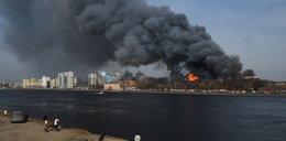 Pożar zabytkowej fabryki. Zginął strażak, dwóch walczy o życie