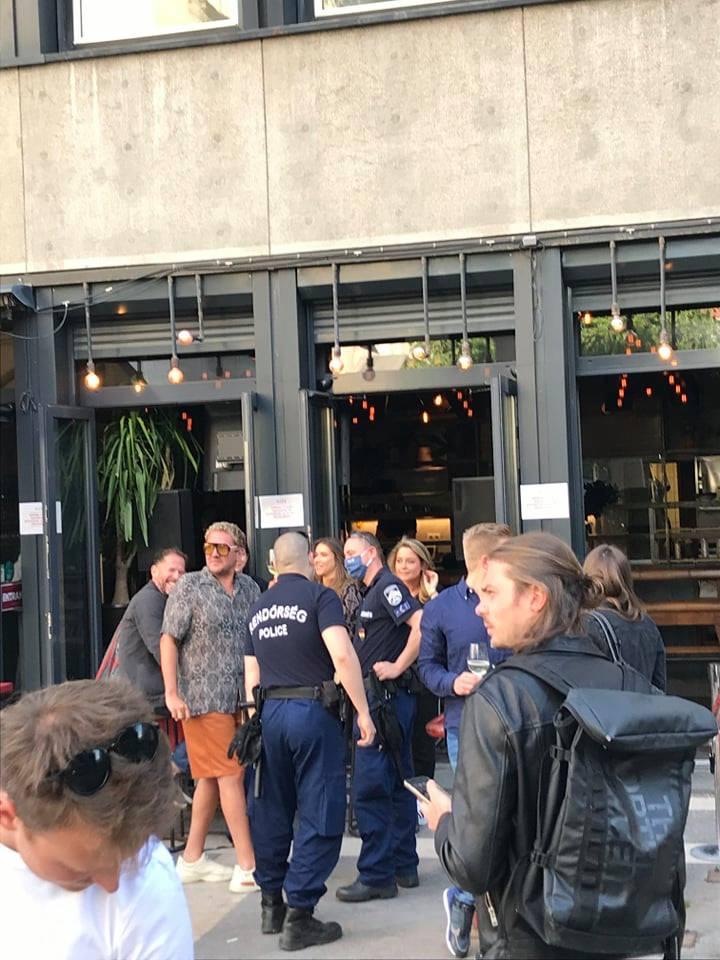 A járőrök tették a dolgukat, és arrébb küldtékaz embereket, a bejáratnál ott volt Lakatos Márk és Wossala Rozina is