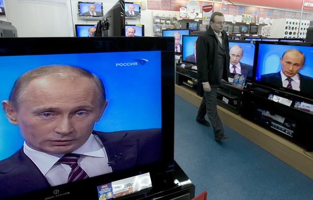 """Polskie usytuowanie między Wschodem a Zachodem daje nam sposobność wniknięcia w specyfikę obu tych światów. Niby jesteśmy na Zachodzie, a zarazem satyra Sorokina na """"wstającą z kolan"""" Rosję dociera do nas od razu. Fot. Bloomberg"""