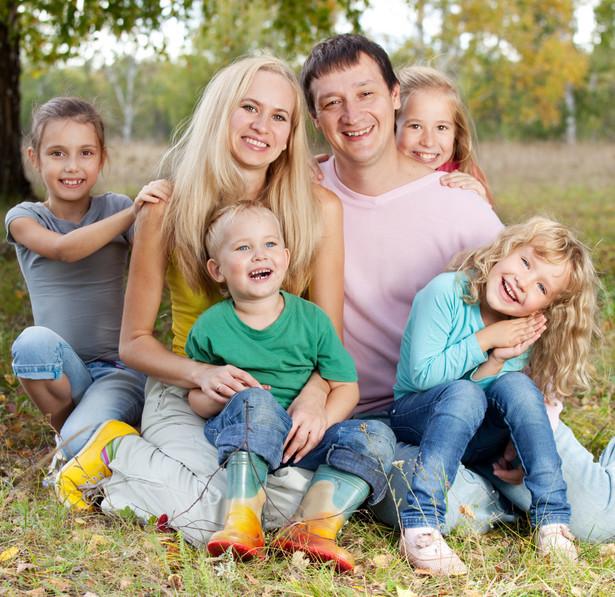 Średnio rzecz biorąc, wpływ rodziców na takie cechy, jak wykształcenie, zdrowie czy przyszłe dochody, jest bliski zera