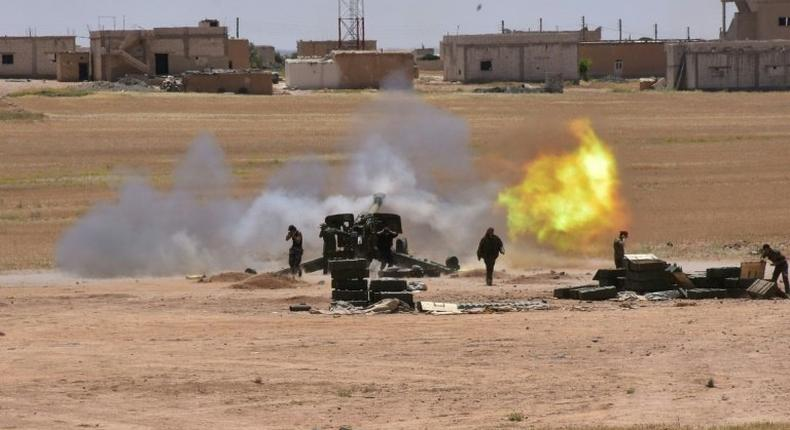 Syrian government forces fire artillery during a battle against the Islamic State group on May 16, 2017 in the town of Maskana, on the edge of Lake Assad in the eastern part of the Aleppo province