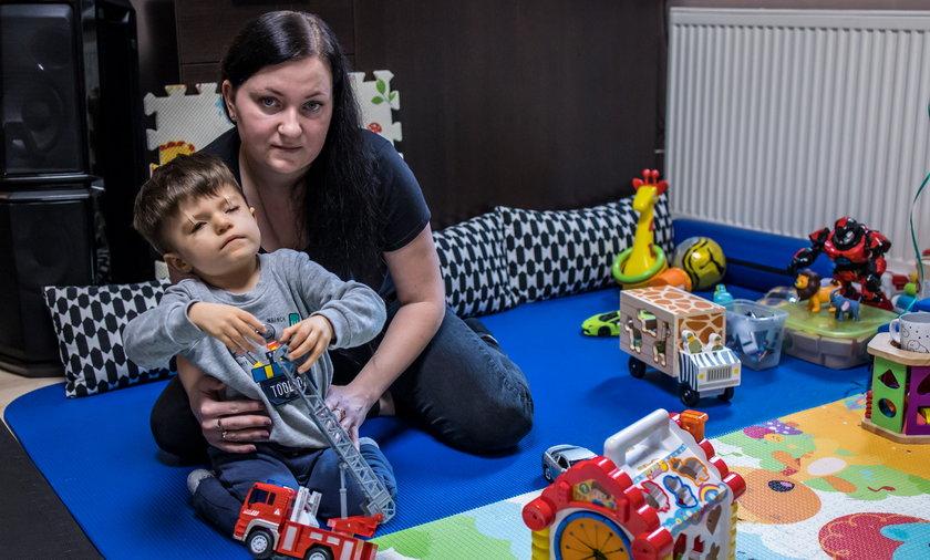 Ilona Ślebioda z synkiem Radkiem, który wymaga stałej  opieki specjalistów.