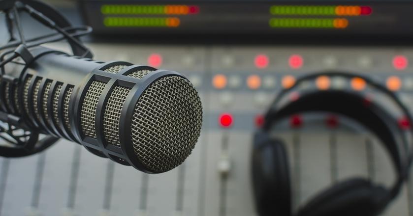 Największe stacje radiowe notują spadki słuchalności