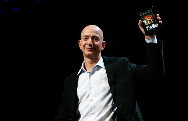 Jeff Bezos, prezes Amazon, z tabletem Kindle Fire