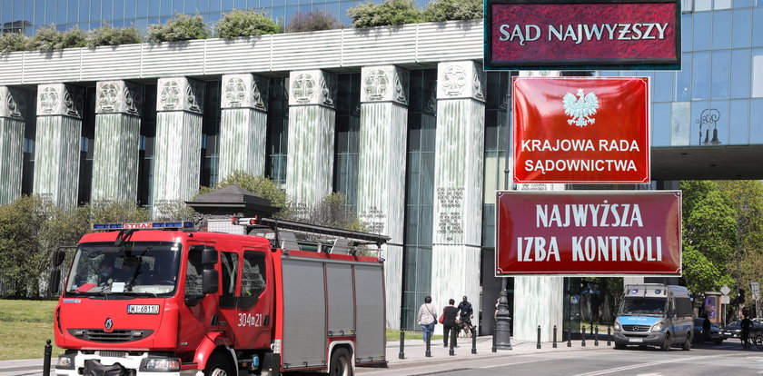 Liczne alarmy bombowe w Warszawie! Zarządzono ewakuacje siedzib Sądu Najwyższego, Krajowej Rady Sądownictwa i Najwyższej Izby Kontroli