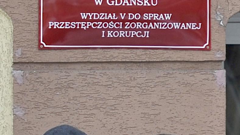Mąż Danuty Olewnik i mec. Bogdan Borkowski wchodzą do prokuratury, fot. PAP/ Adam Warżawa