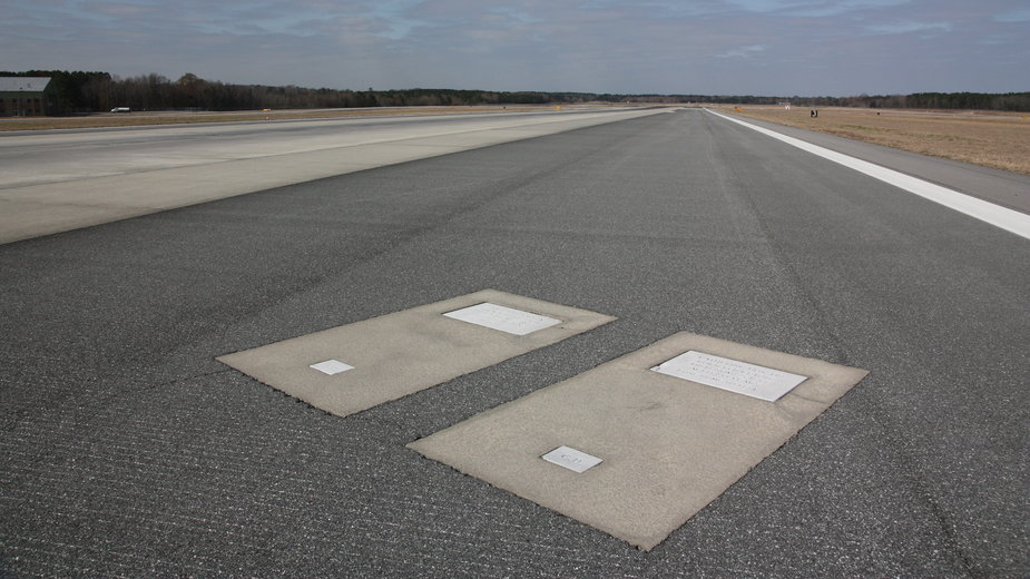 Groby na pasie startowym lotniska Savannah/Hilot Head w USA