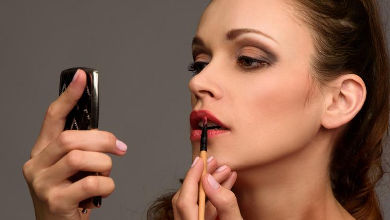 Jak szybko zmienić makijaż dzienny w wieczorowy?