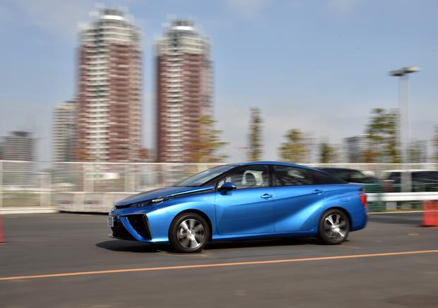 Toyota Mirai jest dostępna w sprzedaży, choć w większości krajów świata nie ma jej jak zatankować