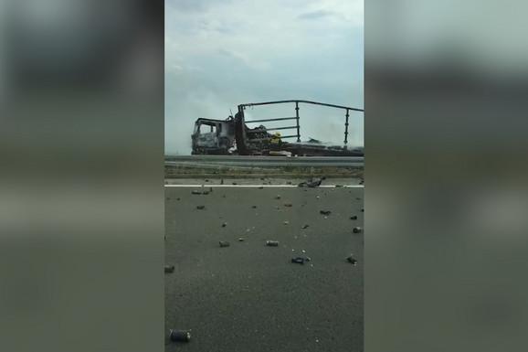 Eksplozija ostavila AUTOPUT posut FLAŠICAMA DEZODORANSA (VIDEO)