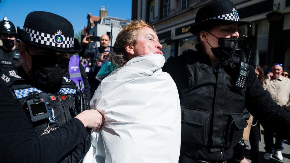 Pogrzeb księcia Filipa. Protest półnagiej kobiety