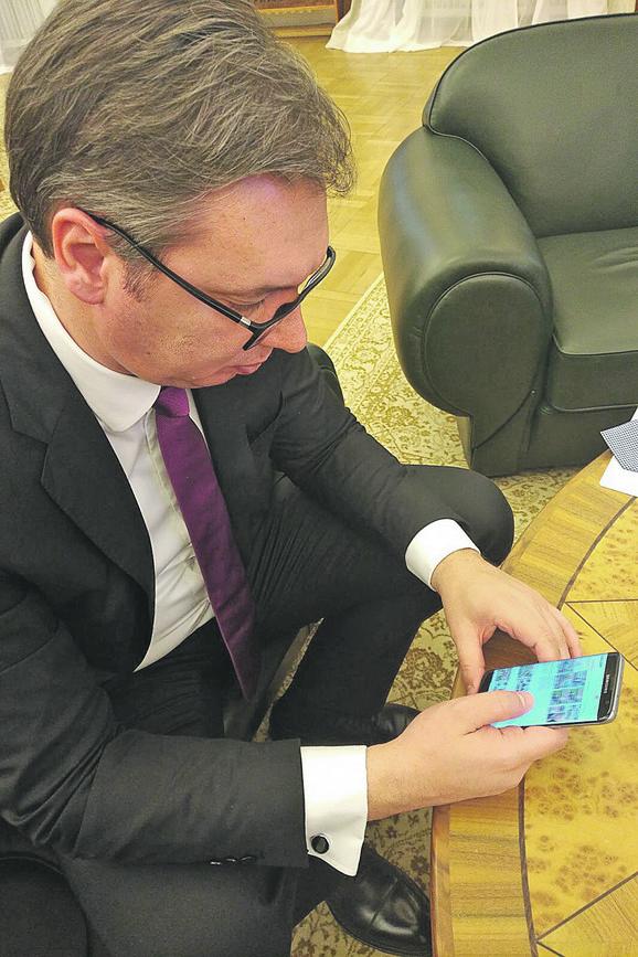 """Od savetnice za medije i spoljnu politiku Suzane Vasiljević i Tanje Jović za Novu godinu dobio je pametni telefon """"Samsung galaksi 7"""""""