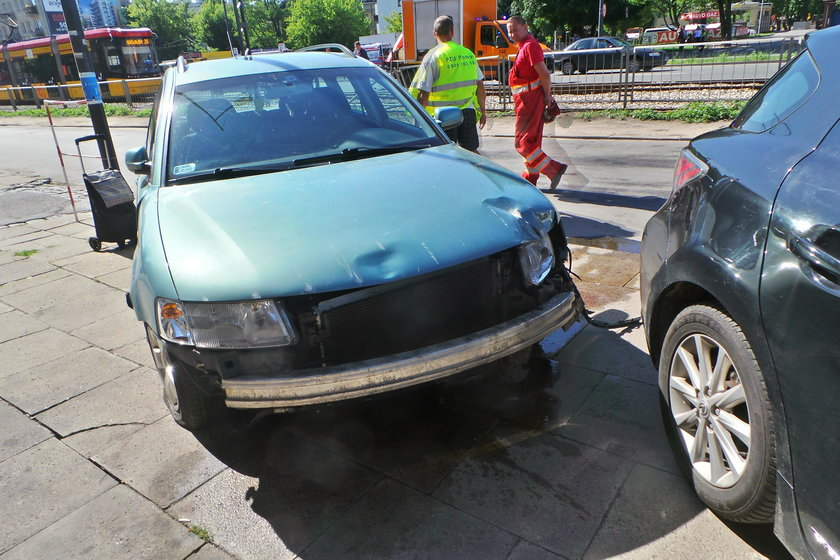 Samochód wjechał na chodnik w Warszawie. Wśród rannych matka z dzieckiem