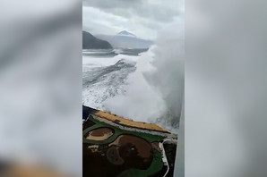 JEZIVI PRIZORI Mediteranski biser na udaru jakog ciklona, talasi RUŠE BALKONE i na trećem spratu zgrada (VIDEO)